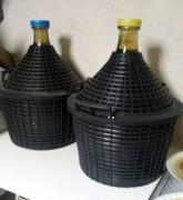 Olasz, műanyag fonatos üvegballonok (jól kezelhetők, fejtésnél látszik a folyadékszint, főleg ha mögé teszünk egy mécsest)