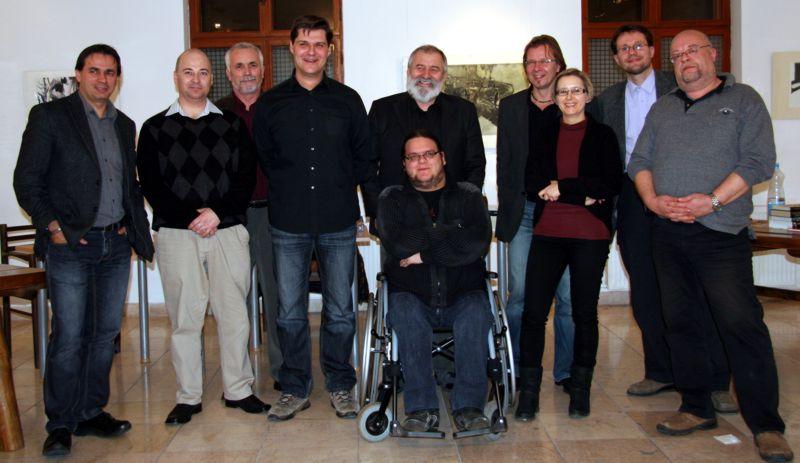 Balról jobbra: Bán Mór, Nagy Attila, Benkő László, Benyák Zoltán, Urbánszki László, előtte Bíró Szabolcs, majd Marcellus Mihály, Fábián Janka, Muhary Zalán, Fonyódi Tibor