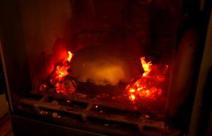 A kályhában, a parázs körül sül a kenyér (bocsánat, sült, múlt idő)