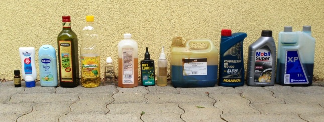 Szóval, balról jobbra haladva: illóolaj (eukaliptusz), babaolaj, napolaj (tej), olivaolaj, napraforgó-olaj, trombita olaj, lenolaj, láncolaj, orsóolaj, láncfűrész olaj, kompresszor olaj, motorolaj, kétütemű motorolaj
