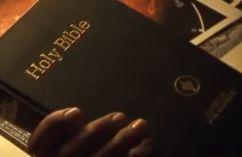Képkocka a filmből a gedeoniták által kihelyezett biblia-példánnyal (nem találták benne a Lukács 15,4-et - komolytalan mozzanat a filmben)