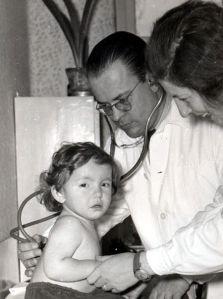 Szerdahelyi Ferenc főorvos beteget vizsgál az 1960-as években