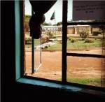 Zambia lobogója a kalenei kórház előtt, a női osztály irodájából kitekintve