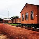 A Kalene Mission Hospital főépülete a konzultációs helység felől (éppen a kulcsra várakozva)